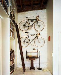 velo-accroches-mur-blanc-deco-loft