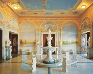 Falaknuma Palace is one of the finest palaces in India, belonging to the Paigah (Hyderabad) State but later owned by the Nizams. It is located on a 32 acre, 19400 square meters area.