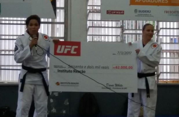 Amanda-Nunes-leva-doa%C3%A7%C3%A3o-do-UFC-de-R-62-mil-ao-Instituto-Rea%C3%A7%C3%A3o Amanda Nunes leva doação do UFC de R$ 62 mil ao Instituto Reação