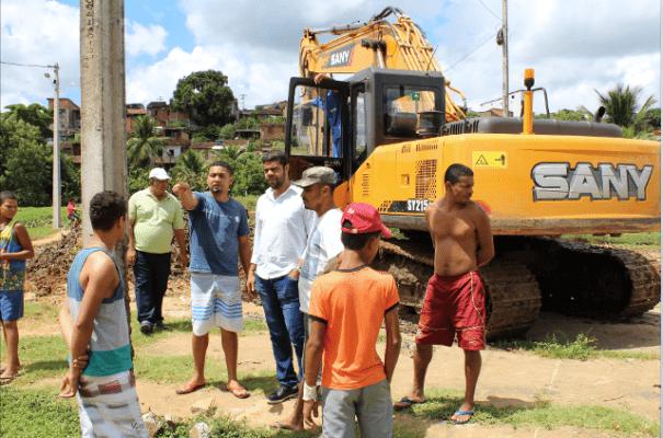 Leo-Visita-Rio6-e1492090176609 Gandu: Prefeito Leonardo Cardoso visita moradores do bairro Renovação 1 e acompanha obras de limpeza do rio.