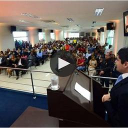 ACM Neto é recebido com vaias e aplausos em discurso em Cruz das Almas