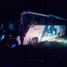 Treze pessoas ficam feridas após ônibus intermunicipal capotar na BR-324