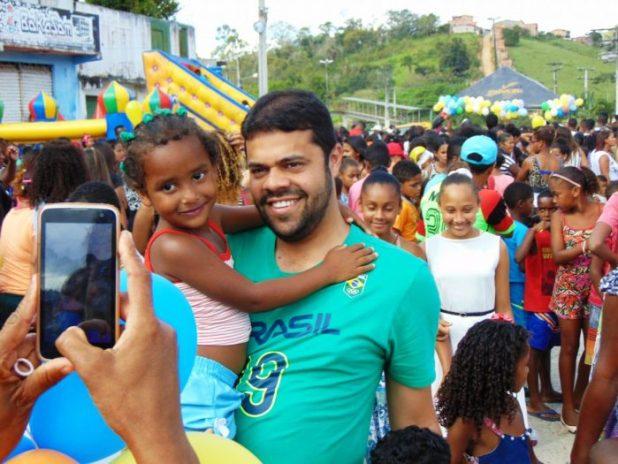 Gandu: Prefeito Léo é recebido com alegria durante as comemorações ao Dia da Criança
