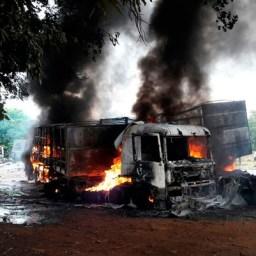Batida entre três carretas deixa três mortos na Bahia; criança é uma das vítimas