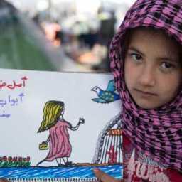 Refugiada de 8 anos chama a atenção para dor dos sírios em desenhos