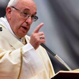 """Papa Francisco diz que aborto é """"luva branca"""" equivalente aos crimes nazistas"""