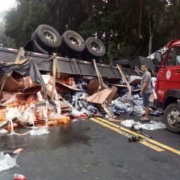 Acidente envolvendo caminhão e dois carros interrompe tráfego na BR 101 em Ubaitaba