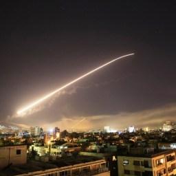 TENSÃO MUNDIAL: EUA, Reino Unido e França lançam ataque contra a Síria em resposta a suposto uso de armas químicas, Rússia promete contra atacar