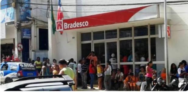 Bancos-fecham-no-feriado-e-funcionam-normalmente-na-sexta-feira-1 Bolsonaro aumenta jornada de trabalho para bancários; agências funcionarão aos sábados