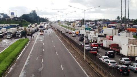 Caminhoneiros ocupam uma faixa nos dois sentidos da BR-324 em Salvador