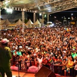 Edson Gomes arrasta multidão em show no São Pedro da Boa Vista
