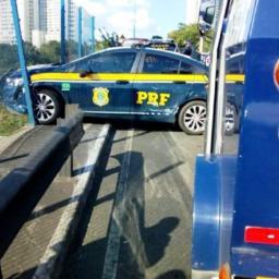 Viatura da PRF quase cai de viaduto após colidir com carro-forte