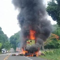 Caminhão com carga de cerveja e refrigerantes pega fogo na BR-101