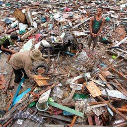 Número de mortos após tsunami na Indonésia sobe para 373