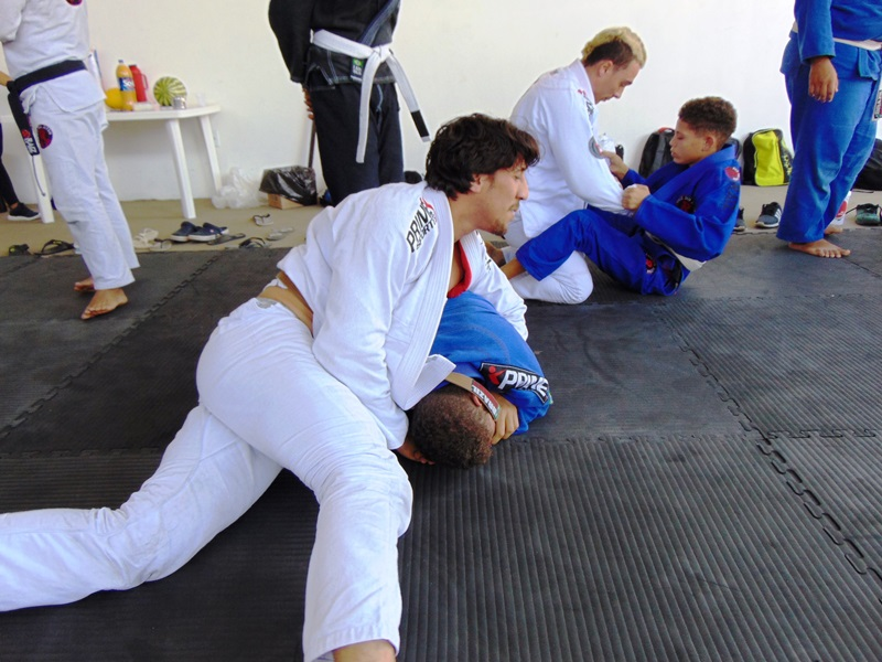 This image has an empty alt attribute; its file name is Equipe-RAIZ-JIU-JITSU-inicia-2019-com-aul%C3%A3o-no-rec%C3%B4ncavo-baiano-22.jpg