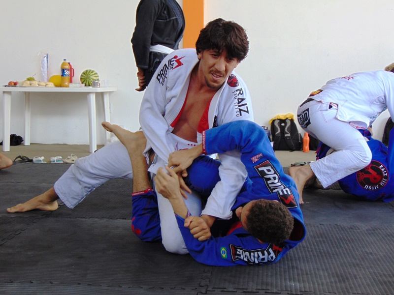 This image has an empty alt attribute; its file name is Equipe-RAIZ-JIU-JITSU-inicia-2019-com-aul%C3%A3o-no-rec%C3%B4ncavo-baiano-24.jpg