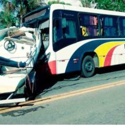 Lancha se solta de caminhonete e atinge ônibus na BR-101