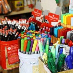 Pesquisa aponta variação de até 938% no preço do material escolar