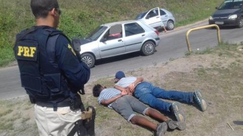 PRF frusta roubo de carro na BR-324 e liberta vítima