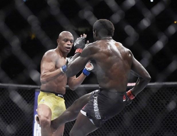 Anderson-Silva-lesiona-o-joelho-ap%C3%B3s-receber-chute-baixo-e-perde-para-Cannonier-no-UFC-237-1 Anderson Silva lesiona o joelho após receber chute baixo e perde para Cannonier no UFC 237