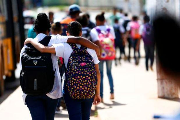 Mochilas-pesadas-na-inf%C3%A2ncia-podem-acarretar-problemas-na-fase-adulta-1 Estados e municípios devem decidir como cumprir calendário escolar