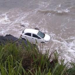 Ilhéus: Veículo cai no mar e deixa mulher ferida
