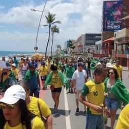 Mesmo com apelo do presidente devido ao coronavírus, grupos pró-Bolsonaro mantêm protesto na Barra