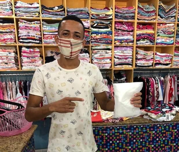 AGEUSP-e-time-Parque-Tur%C3%ADstico-fazem-doa%C3%A7%C3%A3o-de-m%C3%A1scaras-para-comerciantes-3 AGEUSP e time Parque Turístico promovem doação de máscaras no comércio de Gandu