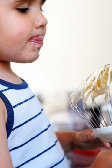 petit garçon et pâtisserie