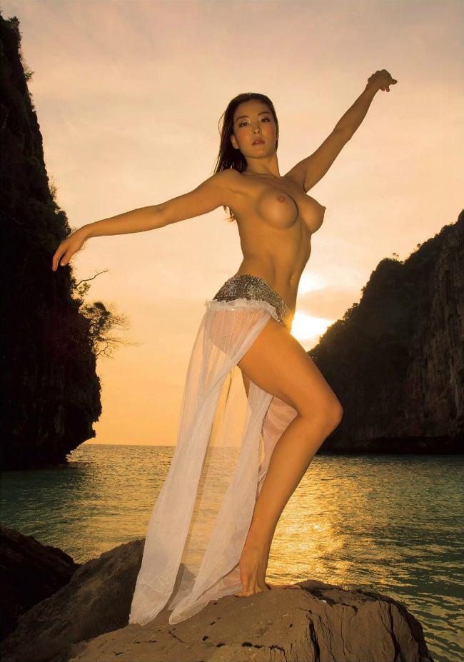 元オリンピック選手、体操・日本代表「堀内美由(和泉里沙)」の全裸ヌード集。