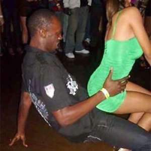 世界最速の男、ウサイン・ボルト(Usain Bolt)選手の白人女性とのハメ撮り画像が流出。
