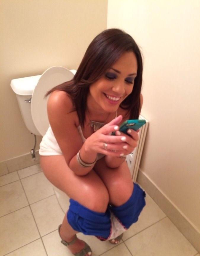 海外の女の子がトイレで・・・エロっ!