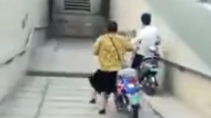 スクーターで階段を降りてはいけないのを身を持って分かる映像。