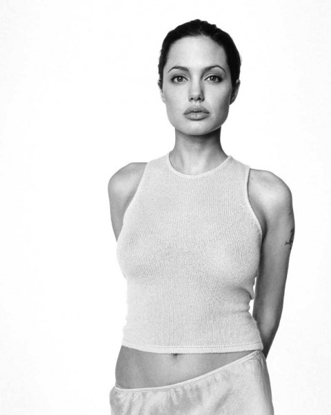 元々アメリカとヨーロッパを基点にファッションモデルをしていたアンジェリーナジョリー(Angelina Jolie)のおっぱい丸出し&セクシーショット!!