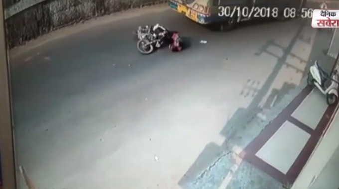バスに女性が轢かれた瞬間の衝撃映像です。