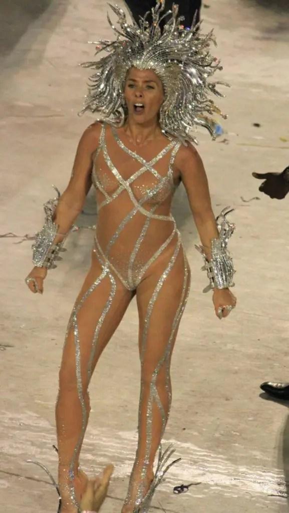 クッソエロいコスチュームで踊っているのはブラジルのサンバカーニバルです!