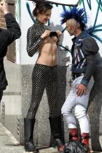 スーパーモデルのシャローム・ハーロウ(Shalom Harlow)が男性におっぱいを見せつける!!