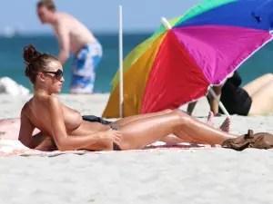 イギリス出身の女優「ロージー・ジョーンズ(Rosie Jones)」がトップレスの巨乳をパパラッチに盗撮されたぞ!!