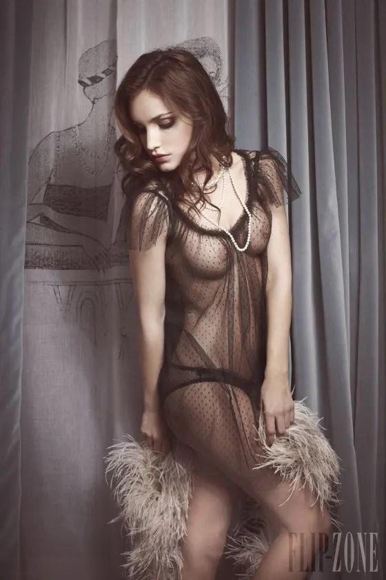 まるでモデルの様なキレイな外国人の女性がエロを全開しているぞ!