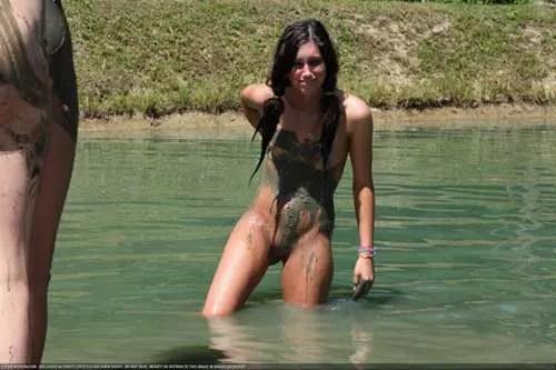 泥だらけのお姉さんに性的興奮を感じますか?