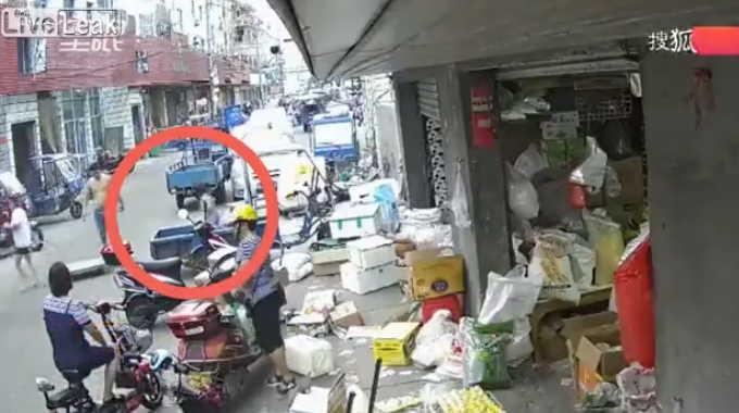 中国の市場で起きた5歳の子供に女性が轢かれた交通事故。