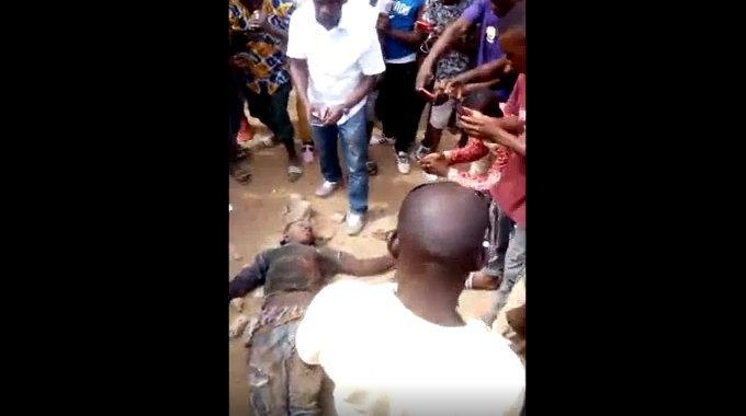 【閲覧注意】 アフリカの女泥棒「殴られる」「蹴られる」「石を投げられる」「撮影される」