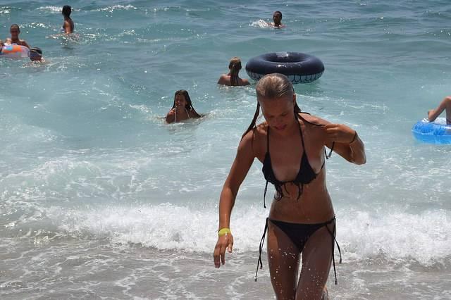 海外のビーチってこんなお姉さんばっかりなのか?? 天国だね。