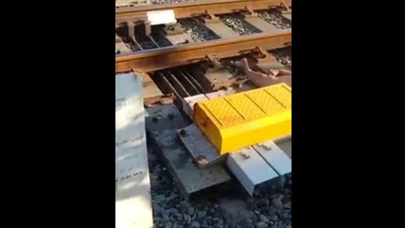 【閲覧注意】 インドネシアで老婆が電車に轢かれ無残な姿になりました。