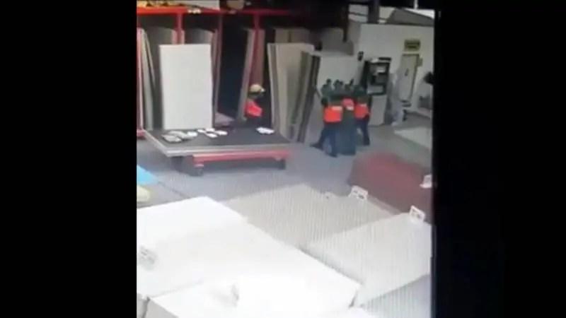 重さに支えきれなくなった作業員達が「ぷちっ」っとなる。