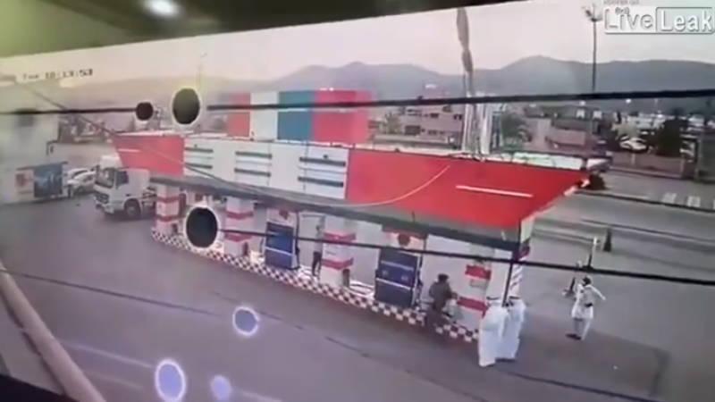 中東のガソリンスタンドで原因不明の大爆発が起きた瞬間です!