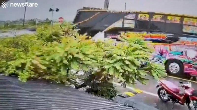 タイの監視カメラが捉えたバスと電車の交通事故が衝撃的!!