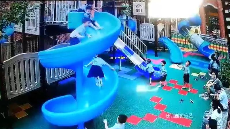 中国の遊び場で起きた事故で子供が・・・