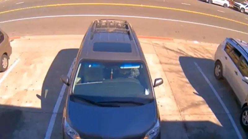 ひったくりにカバンを盗られた中国系の女性が車に引きずられている。