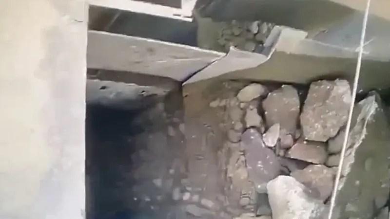 この映像は怖すぎるわ。 砕石機が故障した為に治しに行った作業員が・・・